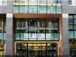 Gunstig gelegen tussen de Belliardstraat en de Wetsstraat, biedt 'The Arlon 80' heldere, hoogwaardige kantoorruimtesmet alle zakelijke faciliteiten: e
