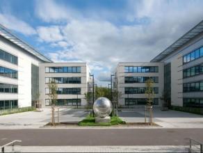 Het gebouw is gelegendichtbij het centrum van Waver en Ottignies. Brussel bevindt zich op15 min met de auto. De site is ook gemakkelijk bereikbaar met