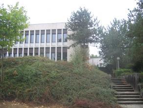 In het hoogtechnologisch Researchpark Haasrode tegen de gemeentelimieten van Heverlee, Bierbeek en Haasrode en nabij op- en afrit 23 Haasrode aan de a