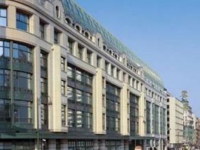 Dit kantoorgebouwbestaande uit een totale oppervlakte van 33.403 m² is zeer gunstig gelegen in het commerciele centrum van Brussel. Oppenbaar ver