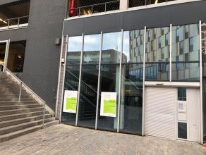Aan het station van Leuven staat een mooie winkelruimte te huur.De ruimte werd voorheen gebruikt als apotheek, waardoor een deel al werd afgewerkt. Di