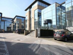Het complex bestaat uit twee identieke kantoorgebouwen die zeer goed bereikbaar zijn met het openbaar vervoer (station Sint-Agatha-Berchem) als met de