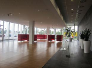 Dit gebouw heeft twee vleugels met een oppervlakte van respectievelijk 750 m² en 1.318 m² per verdieping. Daarnaat ligt een recent parkeerge