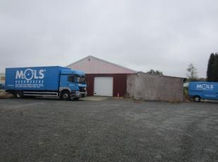 Bedrijfsterrein met een magazijn van 583m² (14 m x 41,71 m). <br /> Twee manuele poorten: één vooraan en éénlangs de