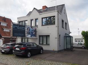 Kantoorgebouw met achterliggend magazijn (ca. 240m²) te koop commercieel uitstekend gelegen langs de verbindingsweg Lier - Mortsel. Vlot bereikba