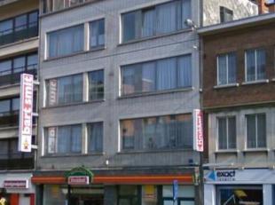 Goed gelegen appartement, 2 slpk, LIFT<br /> -Inkomhal met stenen vloer<br /> -Woonkamer met parket +/- 32m²<br /> -Ingerichte keuken met stenen