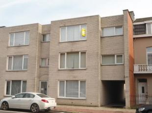 Ruim appartement, 2 slpk, terras en garage<br /> -Lichte woonkamer (+/- 50m²) met laminaatparket en ingemaakte kastenwand.<br /> -Ingerichte keuk