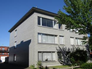 Instapklaar appartement 2V, 2 slpk, terras en garage<br /> -Inkomhal met vestiairekast.<br /> -Woonkamer met laminaatparket (+/-32m²).<br /> -Vol