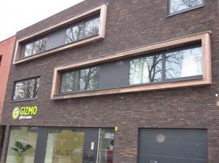 Nieuwbouwappartement gelegen op de tweede verdieping omvattende een inkomhal, gastentoilet, berging, leefruimte, open keuken en een slaapkamer met aan