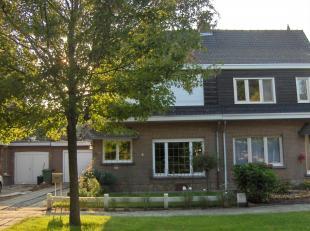 Verzorgde eengezinswoning bestaande uit inkom met apart toilet en toegang naar kelder, woonkamer, ingerichte keuken, terras, tuin en garage; op de ver