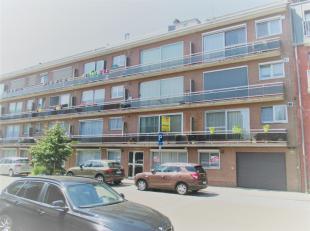 Dit instapklare appartement is zeer centraal doch rustig gelegen in een gebouw met lift en omvat volgende indeling. Inkomhal met vestiaire en gastento