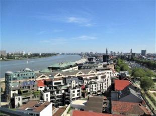"""Dit instapklare appartement met uniek zicht over de skyline van Antwerpen en de Schelde, is zeer centraal gelegen op het bruisende """"Zuid"""" in een resid"""
