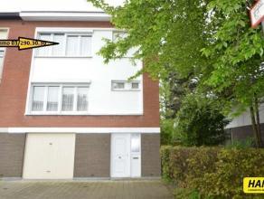Verzorgde half-open bel-etage woning met 3slpkrs en tuin en garage op een opp. van 228m² Indeling: Gelijkvloers: Inkomhal. Garage van 30m².
