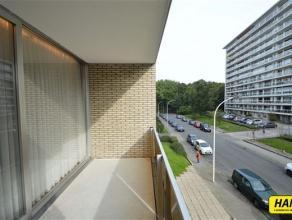 Prachtig appartement van 105m² met 2 slaapkamers op de 2de verdieping in een mooi gebouw van 4 hoog. Inkomhal van 10m² op laminaat. Zeer rui