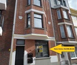 Schitterend gerenoveerd appartement met 1 slaapkamer ca. 65m²: Men komt binnen in een ruime hal waar men de mogelijkheid heeft om een fiets te pl