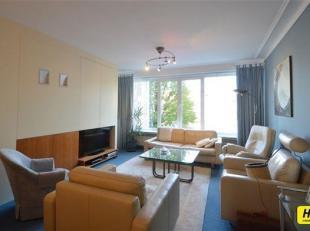 Ruim appartement van 100m² met 2 slpks. en terras gelegen op de 2de verdieping van een gebouw van 9  hoog met lift. Inkomhal van 11m² op tap