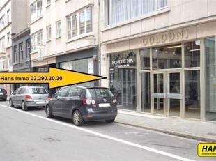 RENDEMENT VAN 10% MOGELIJK!!! Topligging!!! Handelsgelijkvloers van 30m² (voormalig schoenwinkel) te koop met aparte bergruimte. Dit handelspand