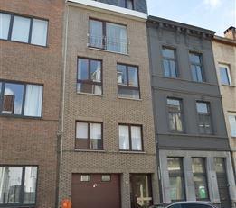 Zeer goed gelegen stijlvol gerenoveerde Bel-étage woning thans verdeeld in 2 duplex appartementen en garage voor 2 auto's.  Op de gelijkvloers