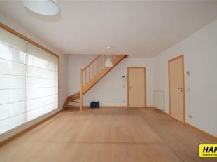 Duplex appartement met 2 slaapkamers in hartje antwerpen. Indeling: Leefruimte van 30m² op parket met aangesloten de keuken van 9m² voorzien