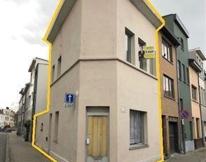 Momenteel is de woning ingericht als 3 studio's. Het is echter mogelijk om de woning terug om te vormen naar  een gewone gezinswoning.Op het gelijkvlo