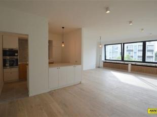 Gerenoveerd appartement met 2 slaapkamers op de 5e verdieping van een gebouw van 8 hoog. Indeling: Inkom op tegels van 11m², zeer ruime lichte le