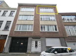 Ruim en centraal gelegen appartement in Hartje antwerpen met optioneel garage bij te huren in gebouw. Indeling: Inkomhal 5m² met doorgang naar ru