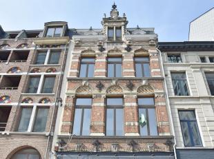 'Eilandje': Hernieuwd appartement met loft-allures en terras op de 1ste verdieping vaneen karaktervol gebouw. Vanuit de woonkamer geniet u van een pra