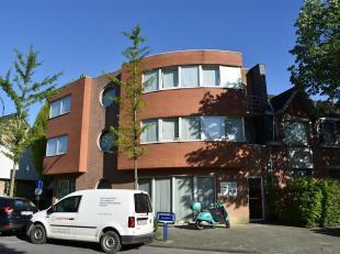 Goed gelegen gelijkvloers kantoor/praktijkruimte (ca.120m²) nabij het centrum van het charmante Mariaburg.Het pand is gelegen op een hoek met een