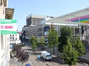 TOPLOCATIE:Gerenoveerdappartement op de 3de verdieping gelegen aan het theaterplein (vogeltjesmarkt), opwandelafstand van de beste shopping-straten va