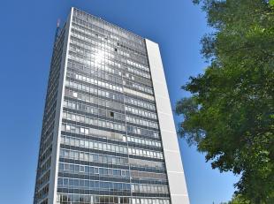 Retro style hoekappartement op de 8ste verdieping van de 'Panorama Tower' op Linkeroever. Deze residentie heeft zijn naam niet gestolen want vanuit he