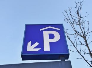 'Eilandje': Een ondergrondse autostaanplaats te huur onder toren 4 onder de' Westkaai-Torens'. De garagepoort is te bedienen met een zender/afstandsbe