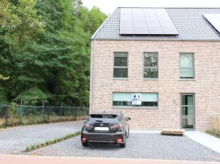 Ruime nieuwbouwwoning met 3 slaapkamers gelegen in de Trekschurenstraat in Hasselt.<br /> Deze woning heeft volgende indeling:<br /> - Gelijkvloers: I