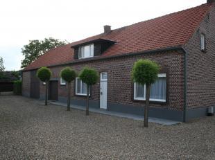 Volledig vergunde en landelijk gelegen hoeve met bijgebouwen op 41a55ca.<br /> Deze woning bestaat uit een inkomhal, woonkamer, keuken, veranda, badka