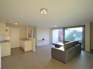Mooi lichtrijk appartement met ruim terras en 2 slaapkamers gelegen in een recent gebouw. <br /> Indeling : inkomhal met gastentoilet en berging, ruim