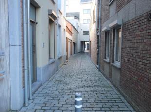 Dit appartement is gelegen in een gezellig straatje nabij het centrum van Lier. We komen binnen op het gelijkvloers langs de inkomhal met ingebouwde k