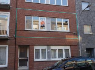 Het appartement is gelegen op de eerste verdieping van een kleinschalig gebouw zonder lift. Indeling: een inkomhal met apart toilet, een woon- en eetk