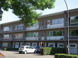 Zeer gunstig gelegen appartement op de 2e verdieping van een kleinschalig gebouw.  Het appartement omvat een inkomhal met kastenwand en een gastentoil