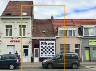 Gelegen langsheen de Bredabaan aan het begin van het commercieel centrum te Merksem bevindt zich dit woonhuis bestaande uit een commercieel gedeelte e