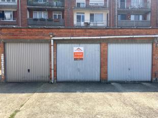 Garage met kantelpoort gelegen op een gunstige locatie in een woonwijk met weinig parkeergelegenheid tussen de Ruggenveldlaan en de Schotensesteenweg.