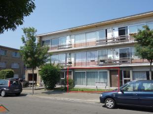 Dit verzorgd gelijkvloers appartement is gelegen in een kindvriendelijke woonomgeving. Indeling: een woon- en eetkamer 28m² op tegel met sierhaar