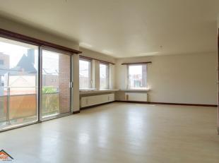 Op een strategische ligging in het commerciële hart van Brasschaat, vinden we dit ruime appartement op wandelafstand van winkels, parken, scholen