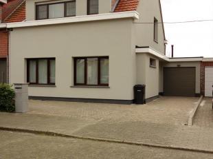Charmant gerenoveerde woning gelegen in een doodlopende straat nabij Markt Hoevenen en Liefkenspad Ekeren. Indeling: Inkomhal met gastentoilet en toeg