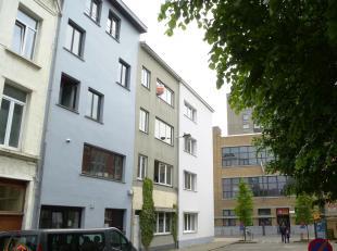 Dit instapklaar appartement is gelegen op de derde verdieping van een kleinschalig gebouw, zonder lift.  De ideale locatie nabij de Sint-Andriesplaats