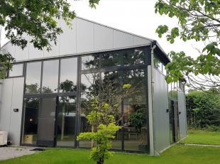 Deze moderne architecturale woning is opgetrokken uit een staalconstructie en is omgeven door een fraai aangelegde tuin met tuinverlichting, terras en