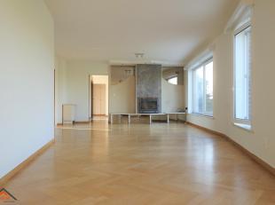 Dit ruim appartement is gelegen op de vierde verdieping van een verzorgd gebouw met lift. Indeling: een inkomhal met vestiairekast en veiligheidsdeur,
