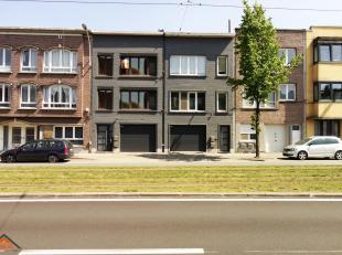 Dit appartement is gelegen op de 2e verdieping van een rustig gebouw zonder lift. Indeling: een inkomhal met ingebouwde vestiairekast, een L-vormige w