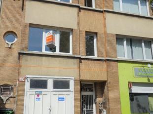 Dit duplexappartement is gelegen op de eerste en tweede verdieping van een kleinschalig en zeer rustig gebouw. Indeling: een woon- en eetkamer 19m&sup