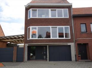 We vinden deze ruime en centraal gelegen bel-etagewoning in een rustige woonwijk nabij het centrum van Ekeren. Indeling: een inkomhal, een wasplaats e