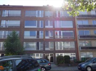 Dit comfortabel appartement is gelegen op de tweede verdieping van een verzorgd gebouw met lift. Indeling: een inkomhal 4m² met een apart toilet,