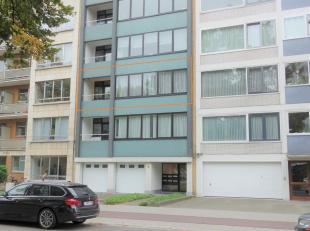 Dit appartement is gelegen op de tweede verdieping van kleinschalig gebouw met lift. Indeling: een inkomhal met ingebouwde vestiairekast, een keuken d